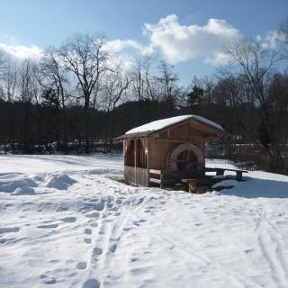 Rekonstruierte historische Hütte beim Glasmacherdorf Schmidsfelden