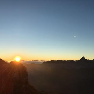 Blick vom Nebelhorn um 7.10 h, Sonnenaufgang hinter der Zugspitze, rechts der Hochvogel