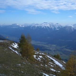 Ein tiefer Blick ins Gailtal und auf die Karnischen Alpen