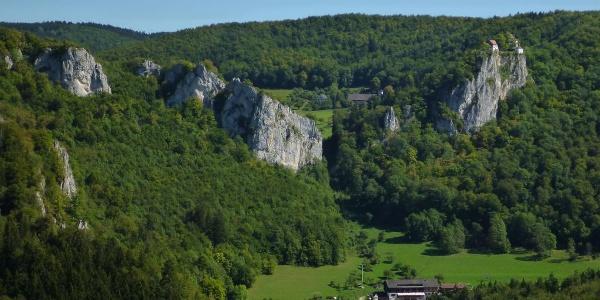 Blick vom Knopfmacherfelsen auf das Jägerhaus und Schloss Bronnen