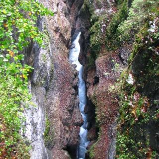 Blick vom Eisernen Steg in die Tiefe der Partnachklamm.