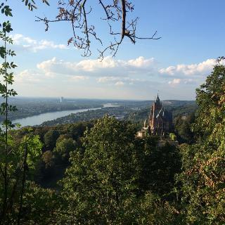Schloss Drachenburg mit Bonn im Hintergrund