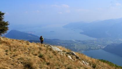 kurz vor dem Gipfel  - rechts unten der Lago Mergozzo und der Lago Maggiore (oben mitte)