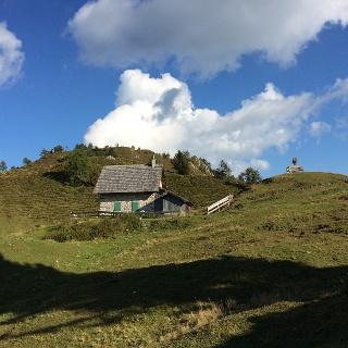 Ochsenalm mit dem Gipfel des Jukbichl im Hintergrund.