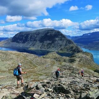 Links weiter am Besseggen entlang mit Blick auf die Knutshøe auf der anderen Seite des Gjendesees
