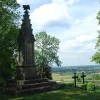 Denkmal und Grabkreuz des Carl von Schlotheim