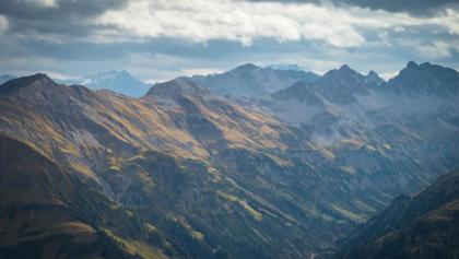 Panoramablick von der Rappenseescharte (2272 m) Richtung Lechtaler Alpen und Arlberg