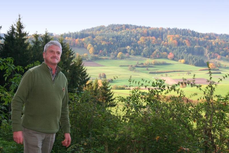 Jürgen Jäckel erfreut sich an den Ausblicken rund um Großaltdorf    - © Quelle: Hohenlohe + Schwäbisch Hall Tourismus e.V.