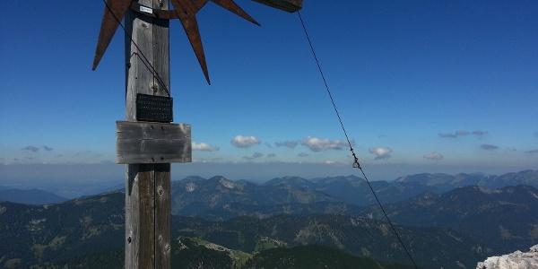 Blick vom Guffert auf Schneidjoch (Vordergrund) und Gufferthütte (Bildmitte)