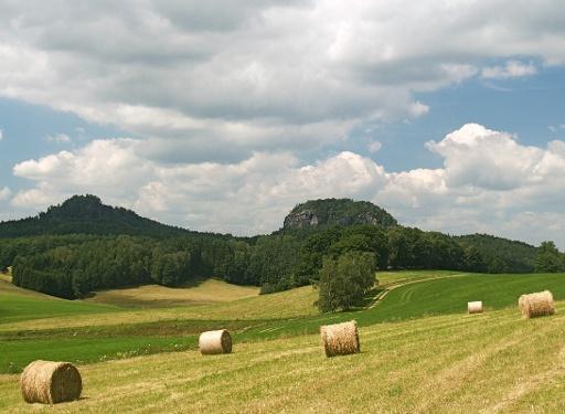 Foto Die Bärensteine in der Sächsischen Schweiz von Weißig aus gesehen. Links der Kleine, rechts der Große Bärenstein.