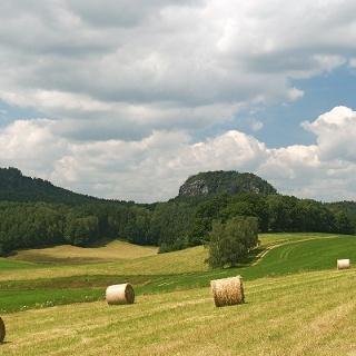 Die Bärensteine in der Sächsischen Schweiz von Weißig aus gesehen. Links der Kleine, rechts der Große Bärenstein.