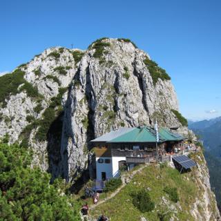 Tegernseer Hütte mit Buchstein im Hintergrund