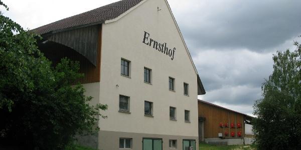 Ernsthof mit Bauernladen und Biergarten