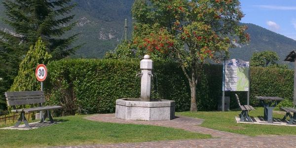 La fontanella in centro a Cavedago.