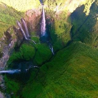Blick auf die Wasserfallschlucht Trou de Fer vom Hubschrauber aus