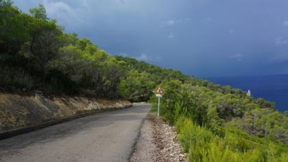 Strasse zwischen der Cala Benirras und Port de Sant Miquel