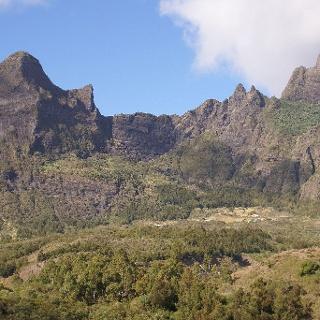 Der Ort Marla im Süden Mafates, links der Gipfel des Grand Bénare