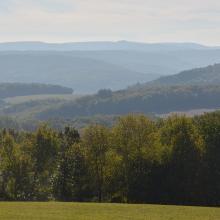 Aussichtspunkt nahe der Straußenfarm mit Blick über das Ahrtal Richtung Eifel