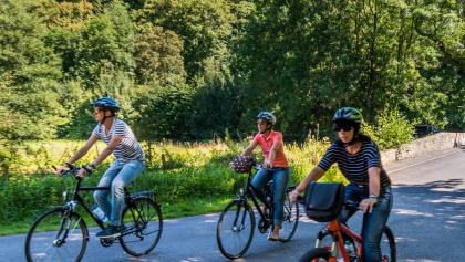 Radfahrer im Almetal vor der Wewelsburg