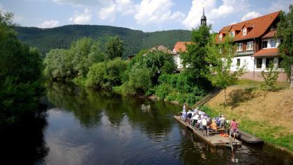Touristenfloß auf der Saale am Weingut Zahn in Kaatschen