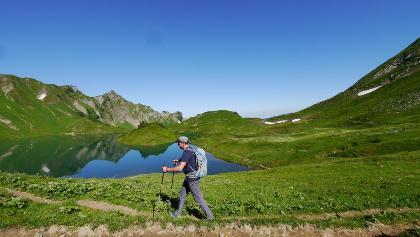 מטייל ליד אגם שרקזה