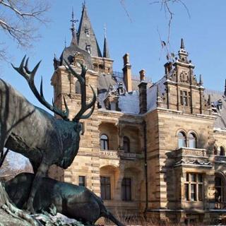 Neues Jagdschloss Hummelshain mit Hirschgruppe