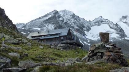 Kasseler Hütte vor Grüne Wand Spitze (Bildmitte) - Capanna Kasseler Hütte di fronte a Croda Verde (al centro)