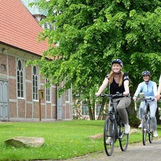 St. Marienkirche mit Radfahrern