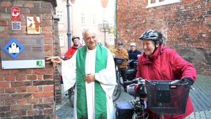 Radfahrer an der St. Cosmea Kirche in Stade