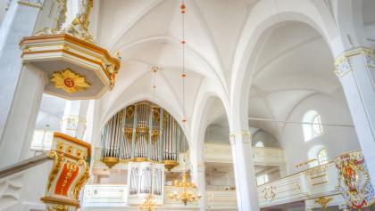 Kirchenschiff mit Kanzel und Orgel