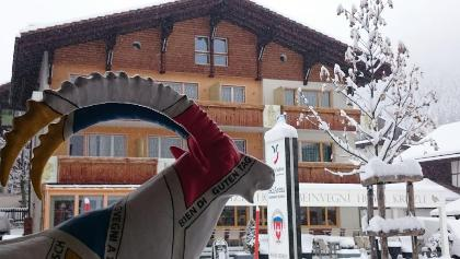 Erster Schnee vor dem Büro in Sedrun