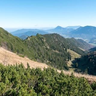 Auf den letzten Metern zum Hochfelln: Blick zurück zum Grat vom Strohnschneid. Rechts unten das Tal, durch das der normale Aufstiegsweg über die Fellnalm heraufzieht.