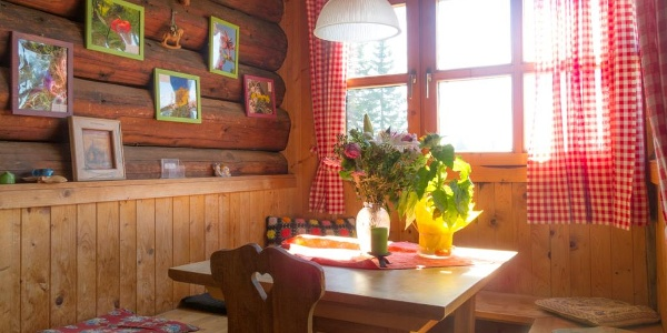 Stube der Eisenkappler-Schutzhütte des ÖTK