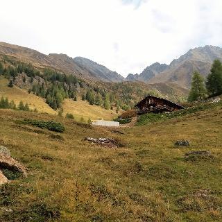 Von der Tilliachalm 2030 m reicht der Blick bis hinauf zum Törl 2799m und zum Gölbner links.