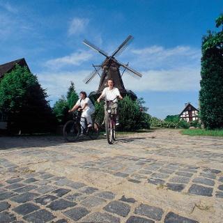 Radfahrer in Gifhorn vor dem Mühlenmuseum