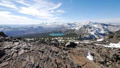 Blick vom Mount Tallac auf Gilmore Lake und in die Desolation Wilderness