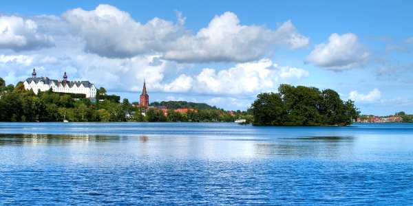 Plöner Schloss vom See aus