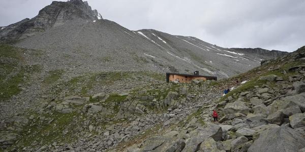 Der Blick auf die Hütte, wenn man von Pfunders aufsteigt