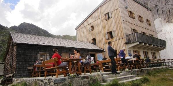 Die Tribulaunhütte mit Terasse