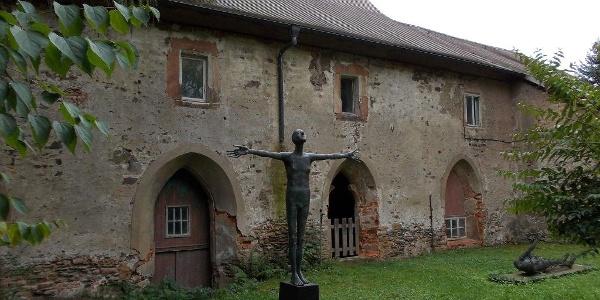 Reste des Kreugangs des ehemaligen Klosters Mildenfurth mit Skulptur von Volkmar Kühn