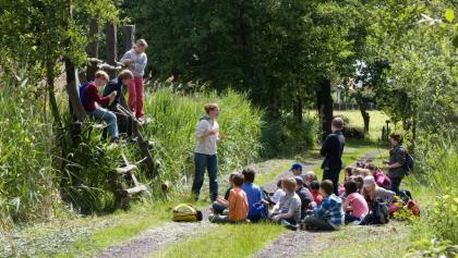 Kindergruppe auf dem Erlebnispfad