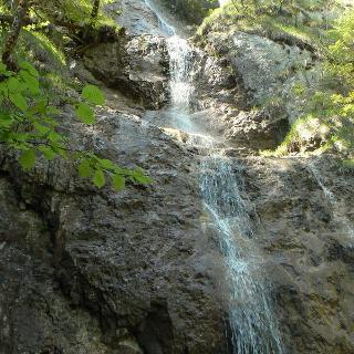 Der Zavojový vodopád (Schleier-Wasserfall) in der Sokolia Dolina ist der höchste im Slowakischen Paradies. Wir überwinden ihn auf einem 80m langen Leiter-, Brücken- und Steigeisensystem