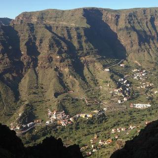 Beim Abstieg ins Valle auf dem roten Schichtband.