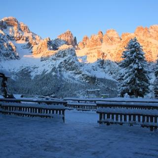 Blick auf die Brenta Dolomiten von der Hütte La Montanara