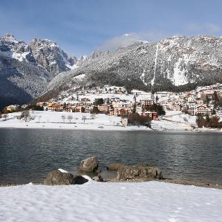 Blick auf Molveno und auf die Brenta Dolomiten