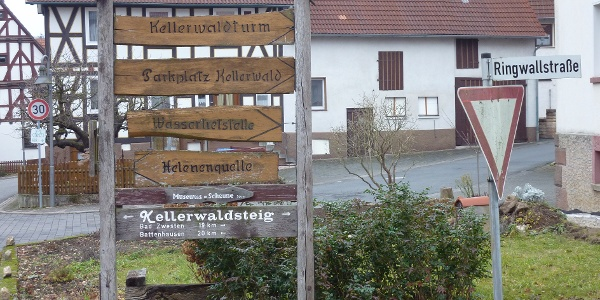 Wegweiser in Densberg zum Parkplatz Kellerwald