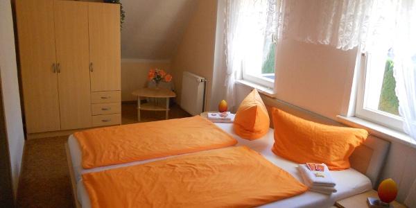 Fewo U. Weber Schlafzimmer mit Schrank