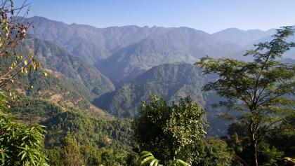 Zuerst geht es 650 Höhenmeter hinunter in das tief eingeschnittene Tal des Rathong Chu.