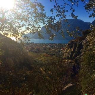 Ausblick über Torbole aus dem Weg