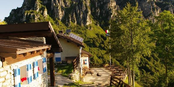 The terrace at Rifugio Nino Pernici
